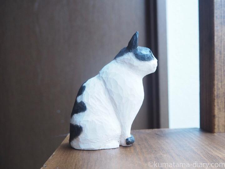 白黒猫木彫りトメオくん右
