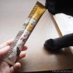 「ねこぴゅーれ 無添加ピュアシリーズ ささみ」を食べる猫