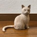 彫刻教室で作っている木彫り猫のしっぽを接着しパテで埋めました