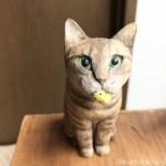 おもちゃをくわえたキジトラ猫さんを木彫りで作りました