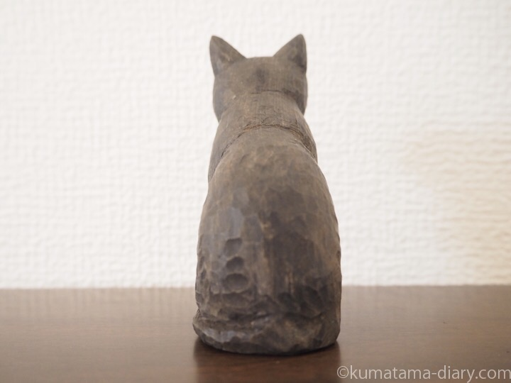 黒猫木彫り猫うしろ