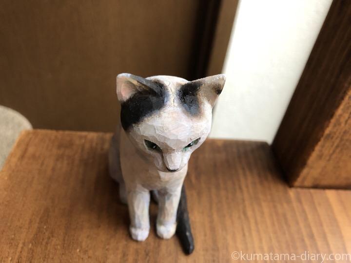 白黒猫木彫り猫上