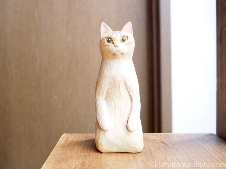 正座する茶トラ猫木彫り猫