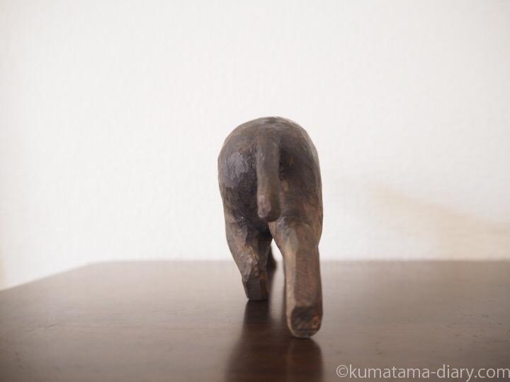 歩く黒猫の木彫り猫うしろ