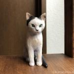 白黒の子猫を木彫りで作りました
