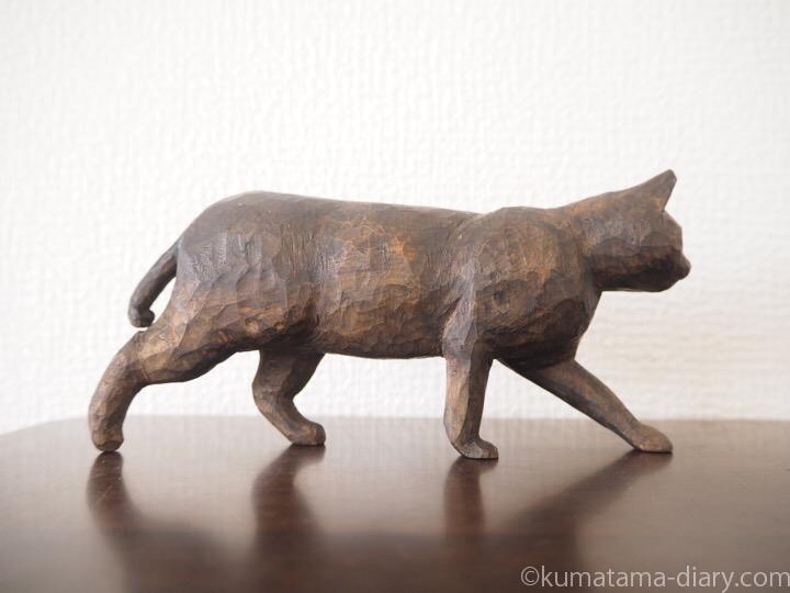 歩く黒猫の木彫り猫右