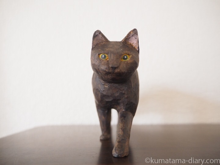 歩く黒猫の木彫り猫