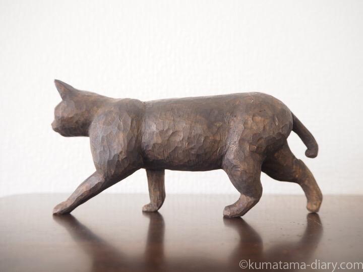歩く黒猫の木彫り猫左