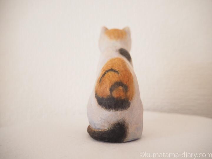三毛猫木彫り猫うしろ