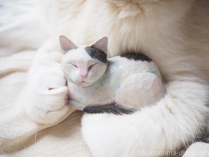 木彫り白黒猫