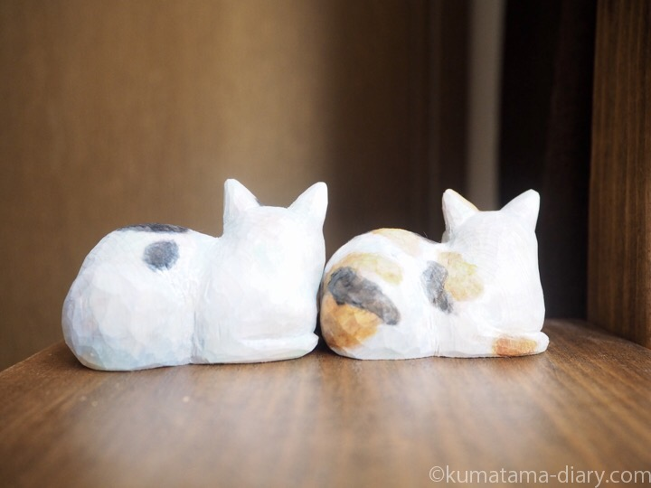 木彫り白黒猫と三毛猫後ろ