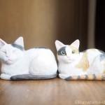 香箱座りの白黒猫さんと三毛猫さんを木彫りで作りました