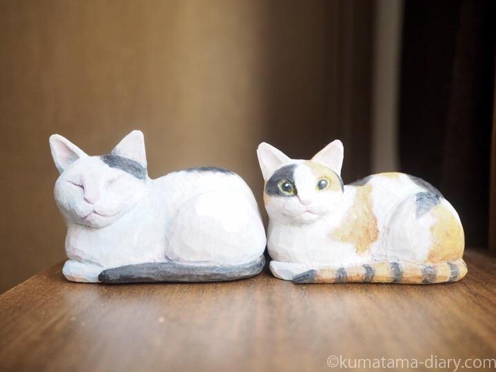 木彫り白黒猫と三毛猫