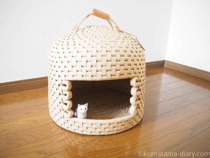 ちぐらに入る木彫り猫