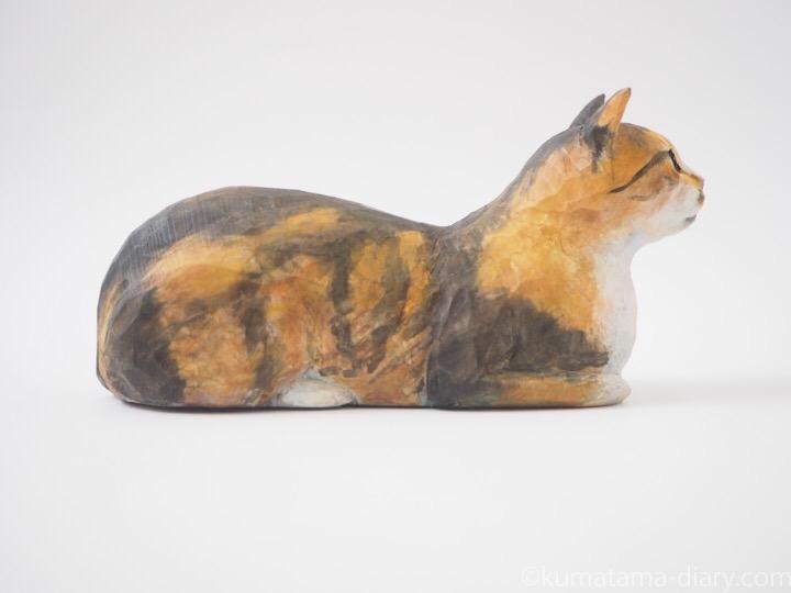 香箱を組む三毛猫の木彫り猫右