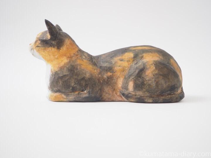 香箱を組む三毛猫の木彫り猫左