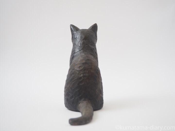 黒白猫木彫り猫後ろ