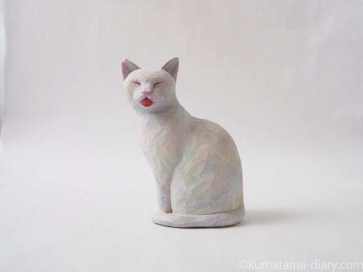 白猫舌出し木彫り猫