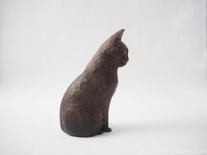 見上げる黒猫木彫り猫右