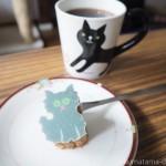 型ぬきしながら食べる「Cat Out! confectionery」の猫バウム