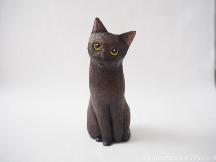 見上げる黒猫木彫り猫