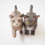 木彫りのキジトラ猫さんと黒白猫さん
