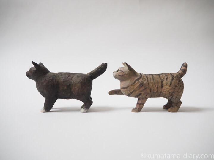 キジトラ猫と黒白猫の木彫り猫左