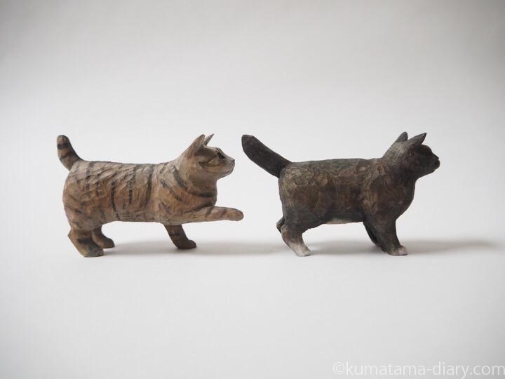 キジトラ猫と黒白猫の木彫り猫右
