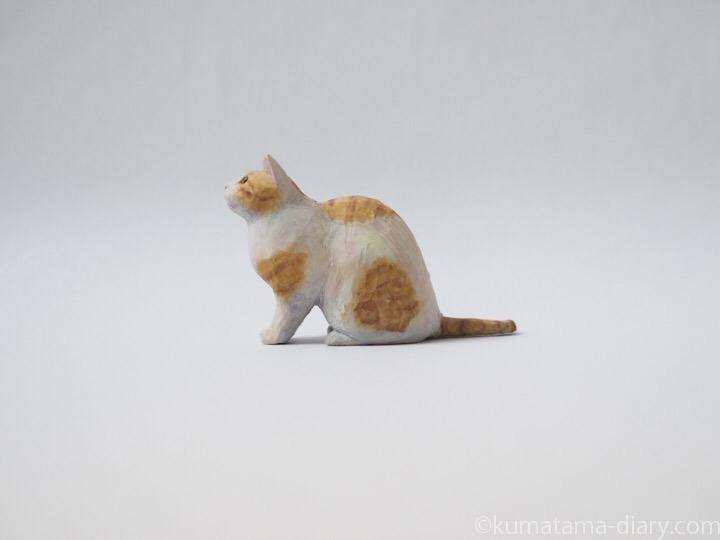 茶トラ白猫木彫り猫左