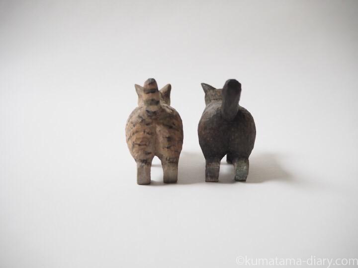 キジトラ猫と黒白猫の木彫り猫後ろ