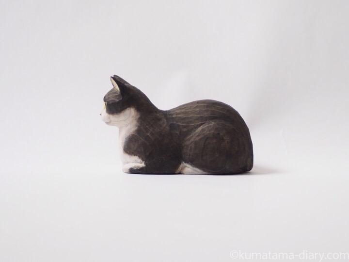 香箱黒白猫さん木彫り猫左