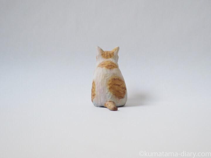 茶トラ白猫木彫り猫後ろ