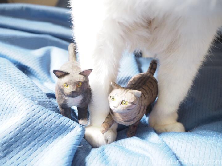 キジトラ猫と黒白猫の木彫り猫