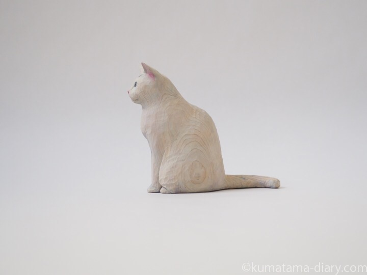 オッドアイ白猫さん木彫り猫左
