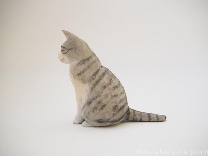 サバトラ白猫さん木彫り猫左