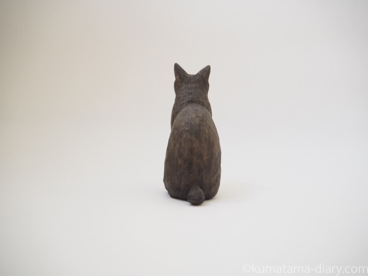 黒猫舌出し木彫り猫後ろ