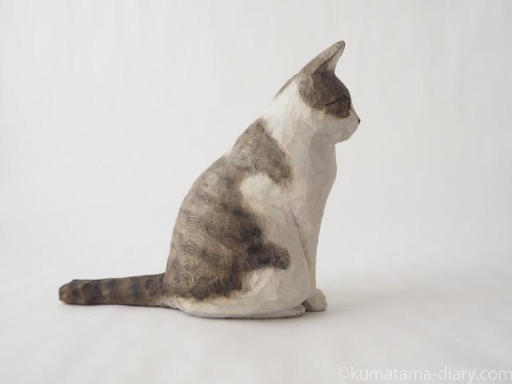 ハチワレ木彫り猫右