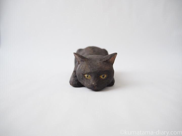 寝そべる黒猫木彫り猫