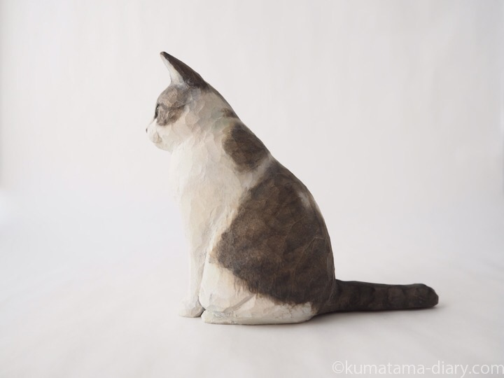 ハチワレ木彫り猫左