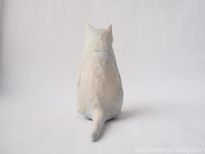 ペンギン座り白猫さん後ろ
