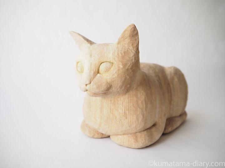 香箱座り木彫り猫