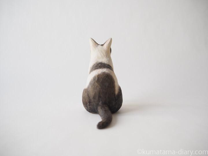 白黒猫さん木彫り猫後ろ
