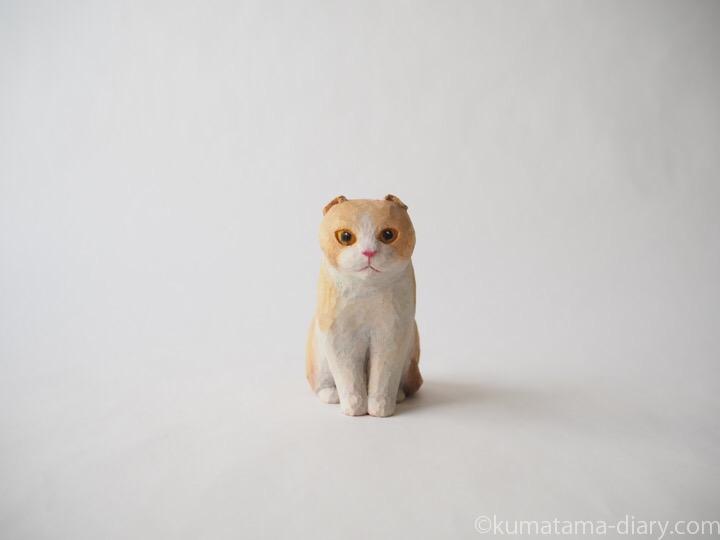 クリームスコティッシュ木彫り猫