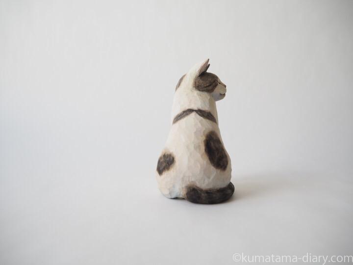 キジトラ白猫さん木彫り猫