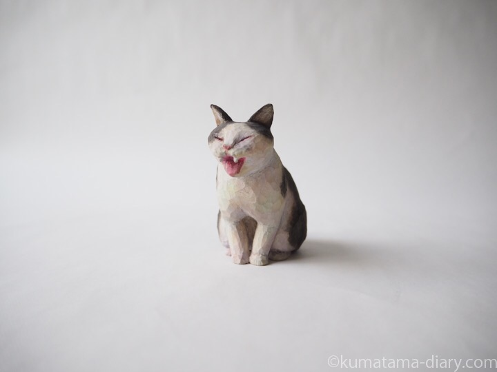 あくび黒白猫さん木彫り猫