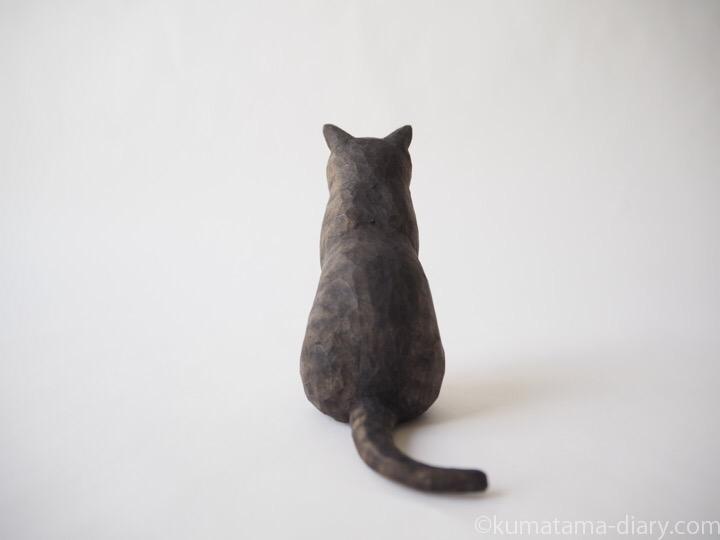 キジトラ猫さん木彫り猫後ろ