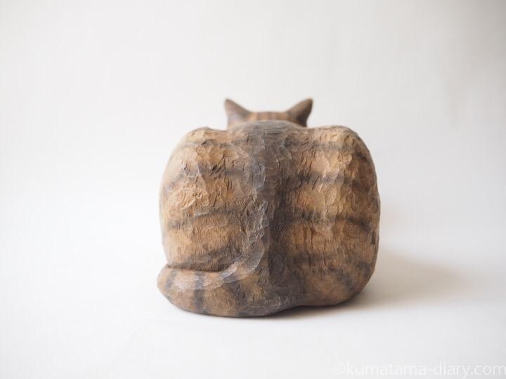 香箱座りのキジトラ猫さん後ろ
