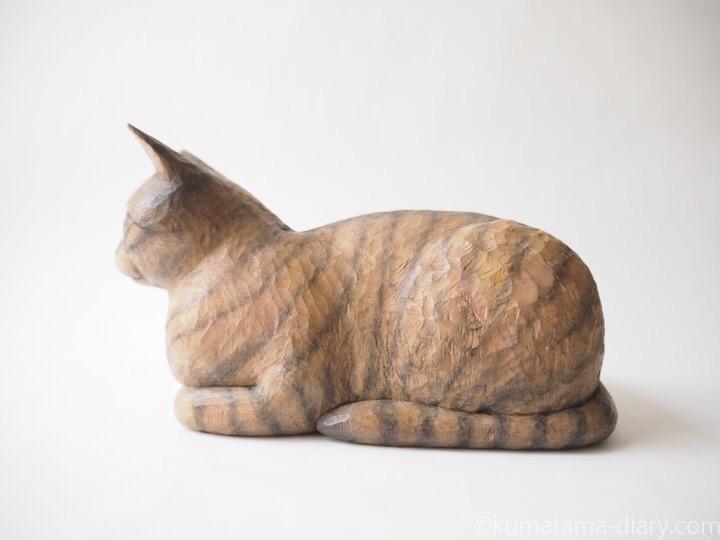 香箱座りのキジトラ猫さん左