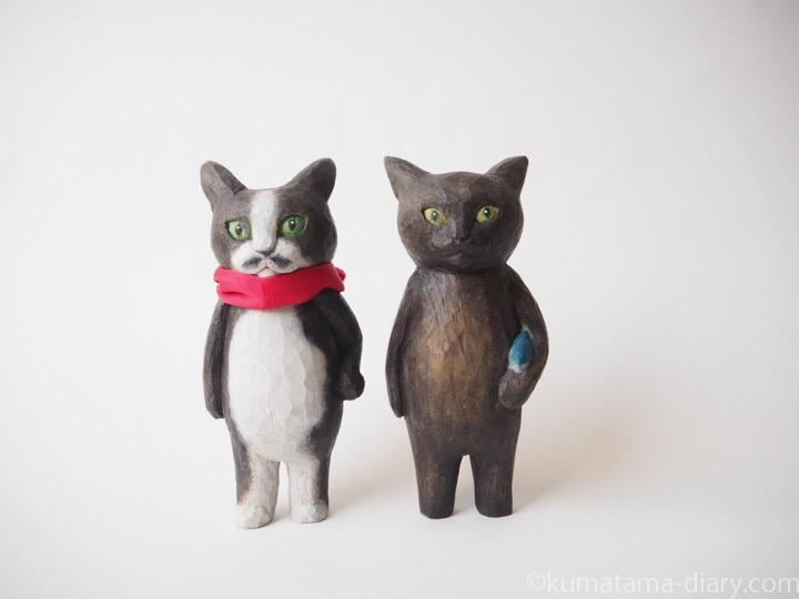 黒白猫と黒猫の木彫り猫