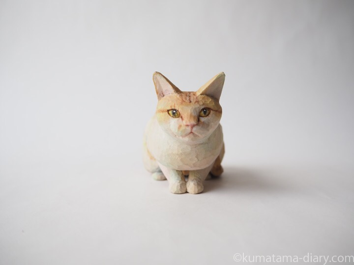 茶トラ白猫さん木彫り猫